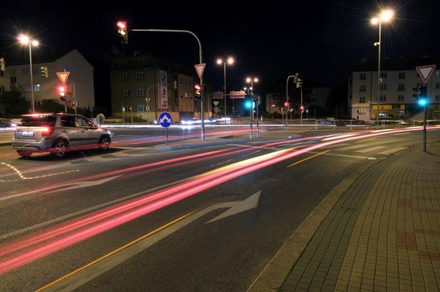Problikáváním dálkovými světlomety si v noci zelenou na semaforu nevynutíte. Funguje ale něco jiného