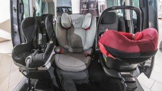 Vozit tři děti v sedačkách vedle sebe? Čtrnáct z osmnácti testovaných rodinných aut nevyhovělo