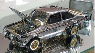 Ford Escort ze zlata, diamantů a stříbra zamířil do aukce