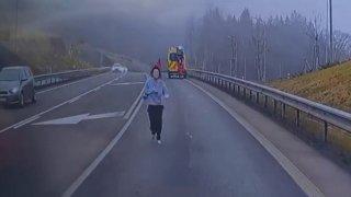 Pacientka za jízdy vyskočila ze sanitky a dobývala se do nejbližšího auta. Odborníci radí nepouštět