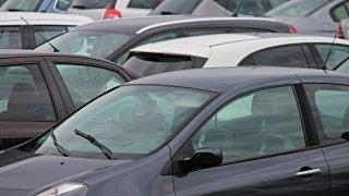 Jak bojovat proti znečištění od motorů zbytečně nastartovaných aut? Udělat z lidí bonzáky
