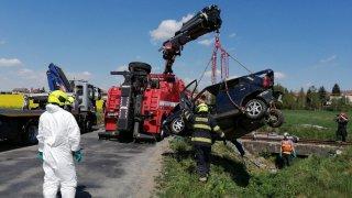 Na přehledném, ale málo značeném přejezdu se srazilo auto s vlakem. Zemřela mladá žena a dvě děti
