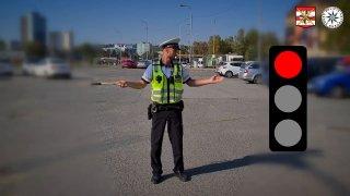 Víte, jak správně reagovat na policistu řídícího dopravu? Za opakovanou chybu lze přijít o řidičák