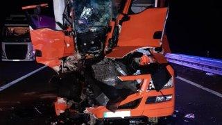 Žena trpěla hodiny v troskách. Vyprošťovací vůz uvízl mezi řidiči ignorujícími uličku pro záchranáře