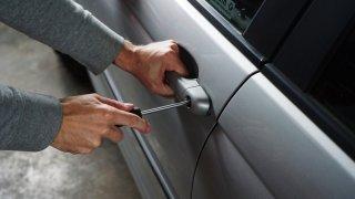 Karanténa odradila zloděje aut a vandaly. Pojišťovny ale čekají nárůst pojistných podvodů