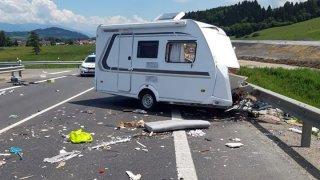 Tragická nehoda na Slovensku. Z českého auta se za jízdy odpojil přívěs a sešrotoval dvě auta