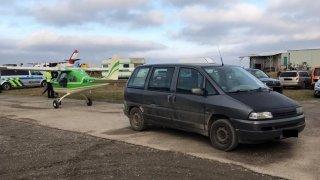 Senior při parkování naboural letadlo, policii zaměstnalo i důchodcovské autokácení stromů