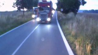 Šílené předjíždění kamiónu: k nehodě s autobusem a protijedoucím náklaďákem chyběly centimetry