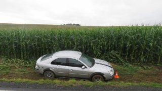 Skončil s autem v kukuřičném poli, odmítl dechovou zkoušku a tvrdil, že pil až po nehodě