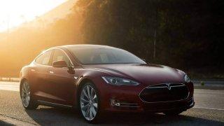 Alza začala prodávat elektromobily Tesla 2