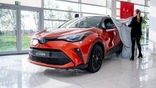 Modernizovaná Toyota CH-R se stane hybridním dravcem. Poprvé se ukázala v Česku