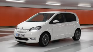 Čekáte na levnější elektromobily? Zatím máte smůlu, jejich ceny spíš stoupají