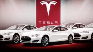 Tesla nestíhá vyrábět a propouští