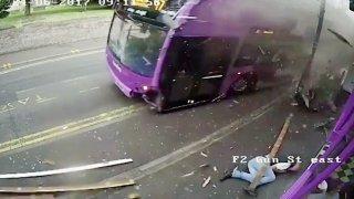 Drtivá srážka autobusu s chodcem.