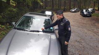 Houbaři při cestách za úlovky parkují, kde mohou. Policie rozdává vysoké pokuty