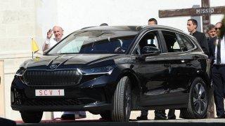 Na Slovensku jezdí papež František Škodou Enyaq iV. Když na ni lidé zamíří mobil, stane se zázrak