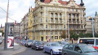Smuteční loučení s Karlem Gottem uzavře pro auta ulice v centru Prahy. V páteční odpoledení špičce
