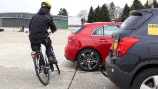 Povinný odstup od cyklisty budou muset řidiči jen odhadovat. Policie ale využije soudní znalce