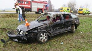 Posádka škodovky vypadala na Plzeňsku při nehodě z auta. Nikdo nebyl připoutaný