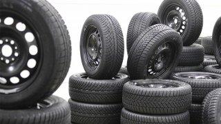 Dojíždění zimních pneumatik v létě prodlužuje brzdnou dráhu. Na mokru až o 20 metrů
