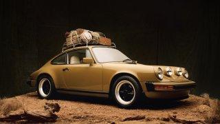 Kuličky na sedadlech a perský koberec. Tohle Porsche 911 SC překvapí i tím, co má za sluneční clonou