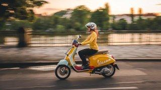 Deset tisíc korun na řidičák a kondiční jízdy zdarma. Vespa rozdává dárky