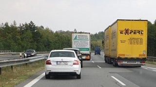 Policie začala pokutovat pomalu se předjíždějící kamiony na dálnicích