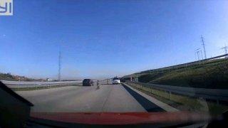 Mladík ve fabii pospíchal, a tak předjížděl přes uzavřenou část dálnice a připojovací pruh