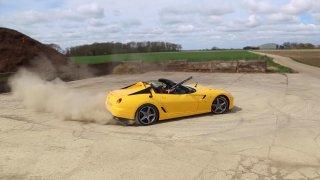 VIDEO: Střílení holubů z driftujícího Ferrari