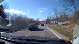 Řidič předjížděl kolem ostrůvku. Záznam jeho jízdy předal jiný šofér policii, která to řeší