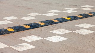 Zpomalovací prahy nepřirozeně zpomalují dopravu a