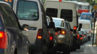 """Praha chce """"radary na kouřící auta."""" Vozy s vysokými emisemi odhalí bez zastavení přímo v provozu"""