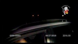 Video: Muž bez řidičáku ujížděl policistům. Zastavily ho až varovné výstřely a drsné zpacifikování