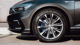 Nové chytré pneumatiky dokáží držet ideální přilnavost při různých teplotách. Lépe brzdí