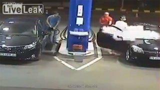 Frajírka s cigaretou zchladila obsluha benzínky hasičákem