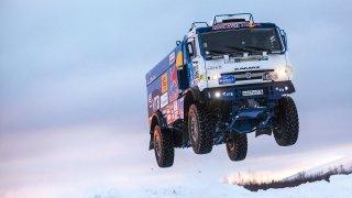 Vítěz dakarské rally trénuje v hlubokém sněhu.