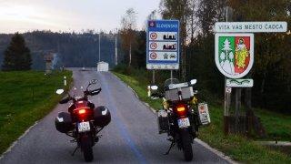 Na čínském enduru v covidové depresi z Prahy na ukrajinské hranice. Testovali jsme CF Moto 650 MT