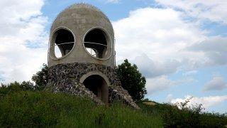 Tip na autovýlety po Česku: Místo bez mobilního signálu, omlazující pramen a růžová betonová houba