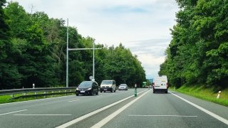 Na vytížené silnici u Benešova vyrostlo úsekové měření. Městu se díky pokutám vyplatí za týden