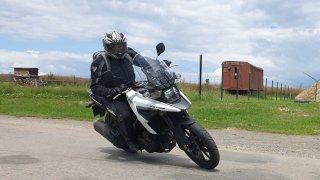 Test Suzuki V-Strom 1050: Motocyklové SUV připomíná sestřičku Vitaru ze světa na čtyřech kolech
