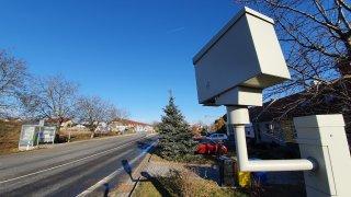 Radar v malé moravské obci už vydělal milióny. Jeho umístění řidiče vytáčí do běla
