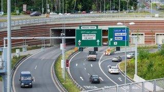 Praha přemalovala jízdní pruhy na výjezdu z Blanky. Mělo by to prý zmenšit kolony