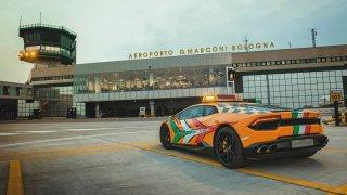 """Boloňské letiště má """"follow me car"""" jak se patří! Desetiválcové Lamborghini Huracán"""