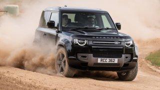První test Land Roveru Defender V8: Vůz, který se vypořádá s náročným terénem i závodním okruhem