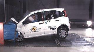 Fiat Panda při crash testu částí přídě do deformov