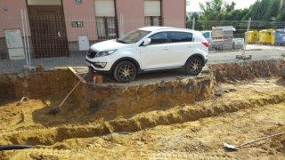 Místo odtahu dělníci auto obkopali 2