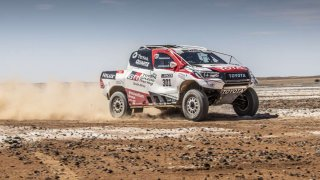 Fernando Alonso testuje Toyotu Hilux v úpravě pro Dakar
