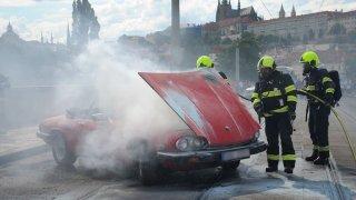 V centru Prahy lehl popelem historický jaguar