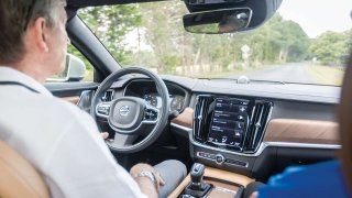 Institut IIHS otestoval asistenty jízdy v jízdních pruzích