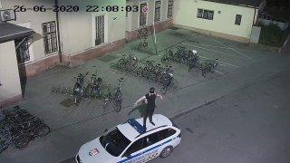 Policie hledá mladíka, který pózoval na střeše a kapotě policejního auta. Hrozí mu dva roky vězení
